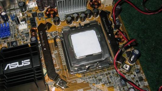 Intel Pentium 4 Prescott (530J) mit Wämeleitpaste bestrichen