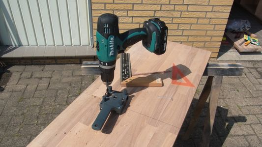 Bohren von Holzdübel-Löchern